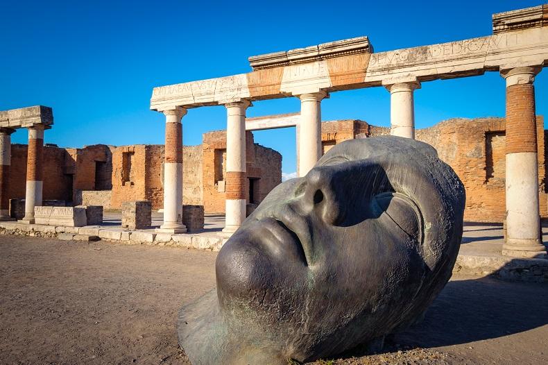Blick auf die Ruinen und Bronzestatue in der antiken Stadt Pompeji © martinm303  - Envato Elements Pty Ltd.