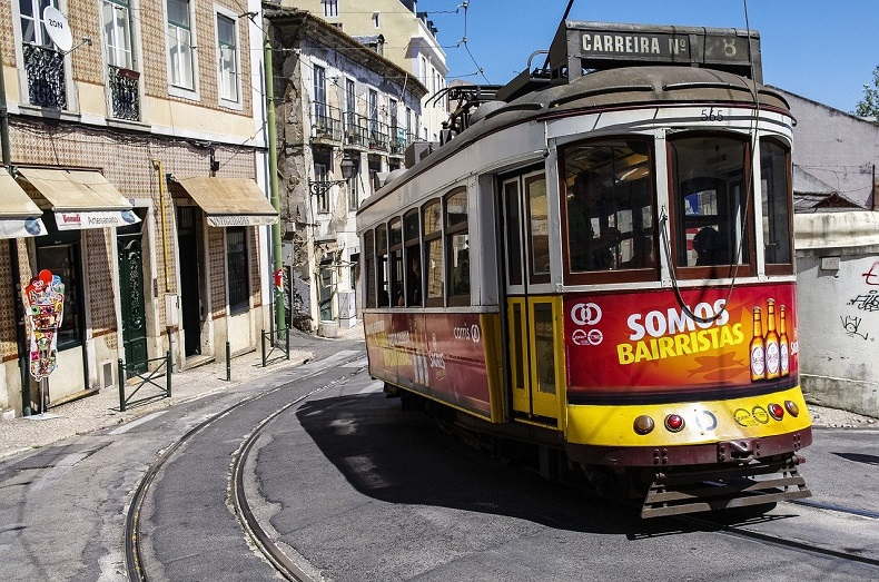 Lissabon - Historisches Viertel Alfama - Bild von © Oleg Shakurov auf Pixabay