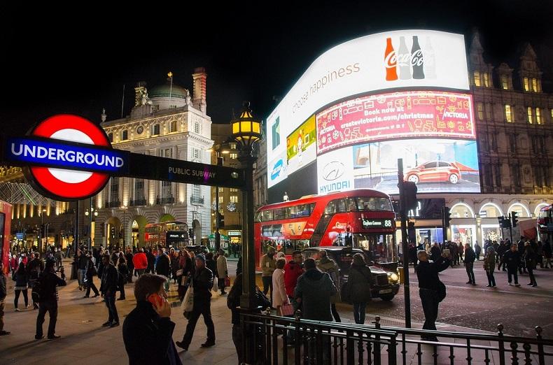 London bei Nacht Picadilly Circus -  © Bild von Rudy and Peter Skitterians auf Pixabay