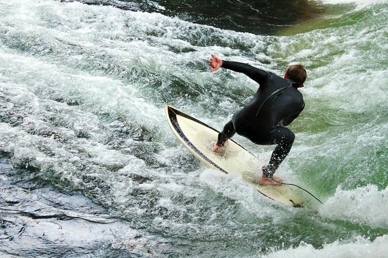 Surfer am Eisbach in München - © Bild Andie_Alpion bzw. Planet Sports