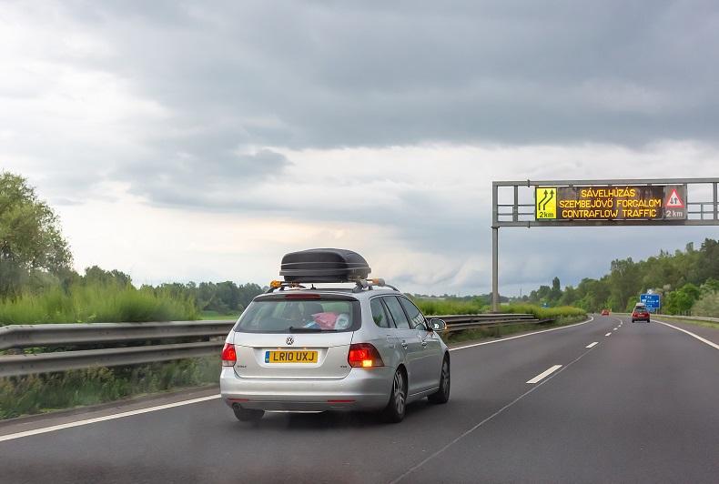 Mit dem Auto in Ungarn auf einer Autobahn